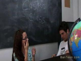 संचिका शिक्षक कक्षा में handjob में दंपति में मदद करता है