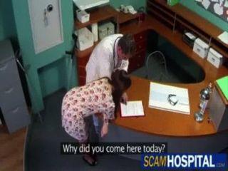 डॉक्टर एसई folla एक सु paciente enferma (EGF द्वारा)