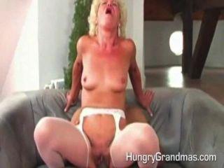 गर्म वेश्या दादी कमबख्त है