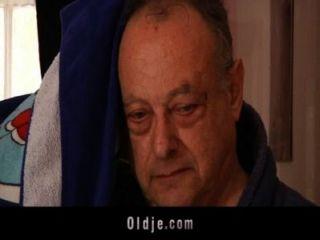 समलैंगिक किशोर पुराने गोज़ के साथ त्रिगुट