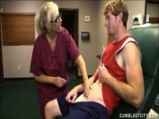 गोरा नर्स एक सह बौछार है