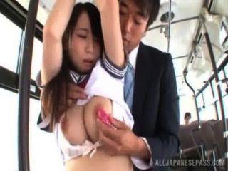 एशियाई लड़की में स्कूल वर्दी-हो जाता है-किसी न किसी में एक बस