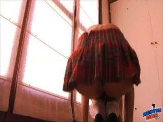 लूट किशोरों की स्कूल स्कर्ट में उसे बिल्ली vacuuming!bestassever!