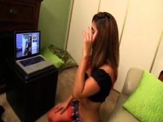 भाई वेबकैम पर बहन रीना स्काई उसे एक handjob देता पकड़ता