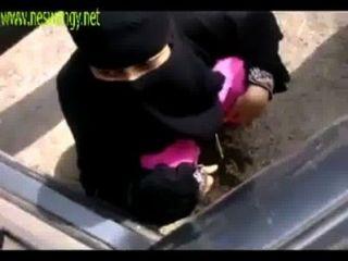 भारतीय मुस्लिम लड़कियों को खुली जगह में pissing