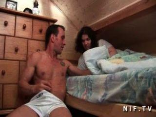 युवा शौकिया फ्रेंच फूहड़ बिल्ली पाला है और गधा उसके रूममेट द्वारा गड़बड़