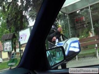 अजनबी ऊपर उठाता है और fucks कार में प्यारा किशोर