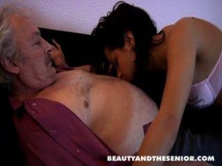 ब्रूस एक गंदा बूढ़े आदमी पेट्रा जैसे युवा लड़कियों को बकवास करने के लिए प्यार करता है
