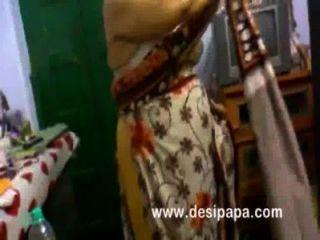 परिपक्व भारतीय भाभी बेडरूम बड़े स्तन में बदल उजागर