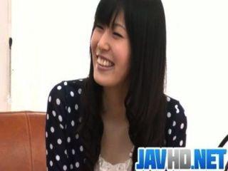Nozomi नग्न स्ट्रिप्स और एक एशियाई blowjob देता है