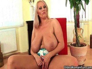 भारी स्तन के साथ बीबीडब्ल्यू माँ मिल बंद करने की जरूरत है