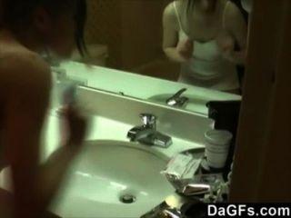 मेरी प्रेमिका फिल्माया जबकि वह बाथरूम में हस्तमैथुन