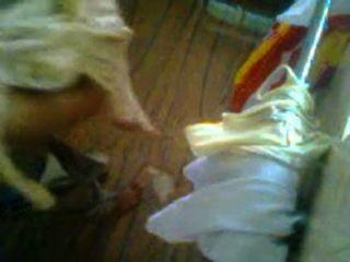 कॉलेज गर्ल रीमा उसकी पोशाक और गर्म Pissing बदल