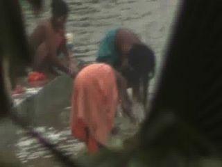 भारतीय महिलाओं नदी से स्नान