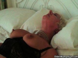 अत्यधिक sexed दादी Sandie उसे छेदा clit की मालिश