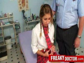 पुरानी बिल्ली चिकित्सक एक स्कूल लड़की राहेल इवांस व्यवहार करता है