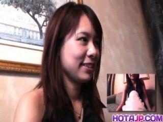 युवा Miho कैम पर शरारती निभाता है