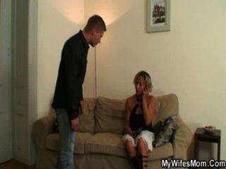 वह अपनी माँ के साथ उसके आदमी धोखा देती है पता चल गया