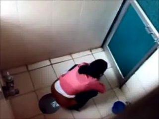 3 कॉलेज प्रसिद्ध मुंबई कॉलेज के शौचालय में pissin लड़कियों