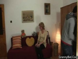 सुनहरे बालों वाली दादी अपने मुर्गा पर कूदता