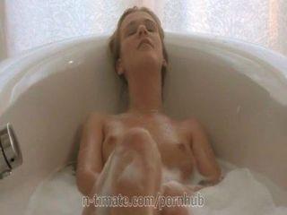 एलेक्सिस क्रिस्टल स्नान में हस्तमैथुन कर रहा है