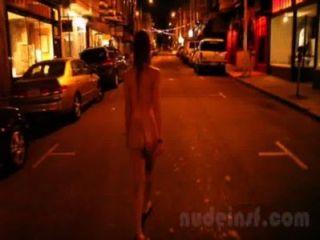 सैन फ्रांसिस्को में नग्न: लड़की की छोटी क्लिप देर रात में नग्न सड़कों पर चलने