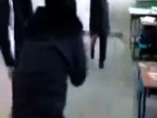 मुस्लिम कॉलेज की लड़कियों निभाता हिजाब में बकवास खेल