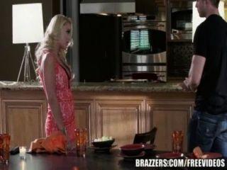 Brazzers - एलेक्सिस मुनरो रसोई घर में गड़बड़ हो जाता है
