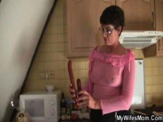 मुर्गा भूख दादी कानून में seduces बेटा