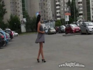 सार्वजनिक सड़क और सड़क में नग्न