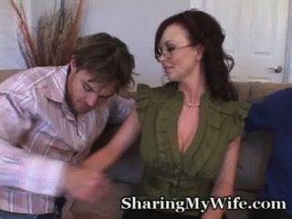 गर्म गृहिणी उसे बड़े स्तन दिखा प्यार करता है