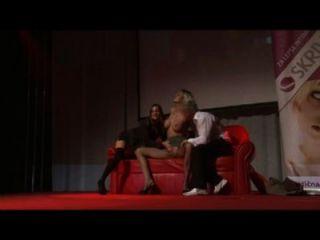 सार्वजनिक शो के मंच पर चरम groupsex