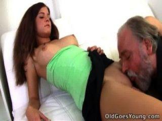Alyona बड़े आदमी की गोद में बैठी है