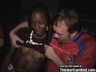 थिएटर में काली लड़की गिरोह बैंग फिट!