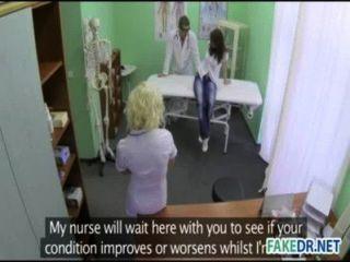 कामुक सहायक उसे रोगी पर हिट