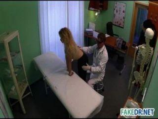 डॉक्टर अपने मरीज fucks