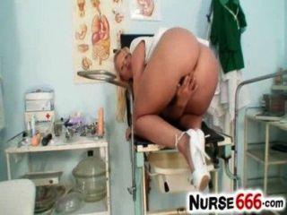 गर्म गोरा लिलिथ ली नर्स वर्दी और निकट अप पर योनी