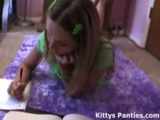 18 वर्षीय किशोर किट्टी उसके होमवर्क कर रही है