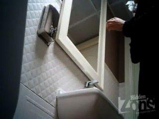 एक बार के शौचालय में छिपे हुए कैमरे।