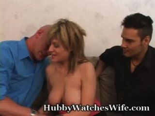 पत्नी को उसे एक और बकवास पति बहुत खुश है