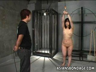 जापानी लड़की मार पड़ी है और बाध्य