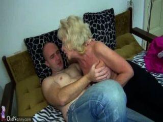 बिस्तर में पुरानी मांसल दादी कामुक आदमी के साथ यौन संबंध है