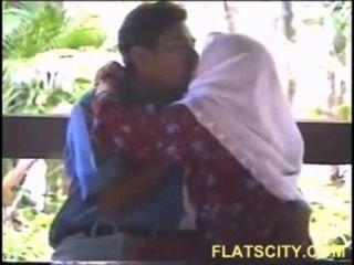 Hijabi लड़कियों आउटडोर चूसने स्तन