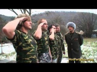 सेना लड़की सैनिकों सह हो जाता है
