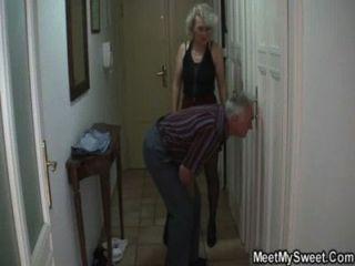 वह अपने बूढ़े माता पिता द्वारा 3some में धोखा दिया है