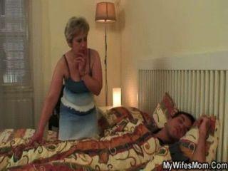 उसकी पत्नी उसे मां-ससुर की पिटाई कर पाता है!