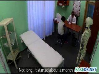नकली अस्पताल में एक हॉट बेब पर त्वचा परीक्षा
