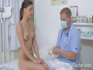 डॉक्टर मरीज युवा बिल्ली licks