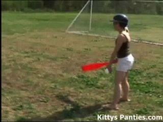 मासूम किशोरों की किट्टी सॉफ्टबॉल खेल सड़क पर
