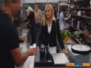 यौन परेशान एमआईएलए निकाल दिया और कुछ सामान बेचने के लिए एक मोहरे की दुकान करने के लिए चला जाता है